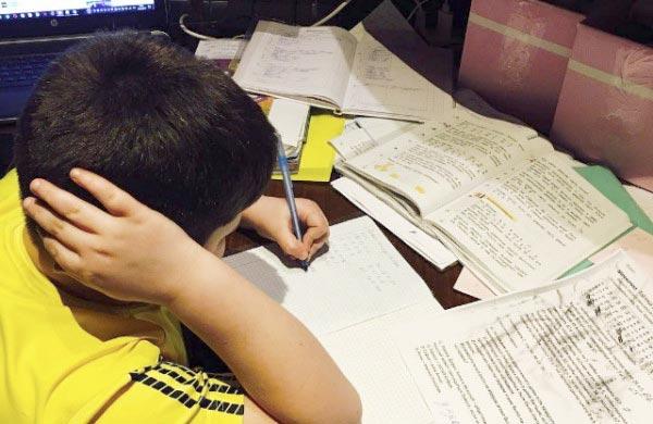 Один день из жизни школьника: 10 часов на обучение и 1 час - на все остальное