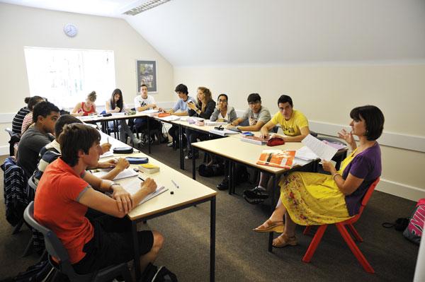Зачем нужно посещать языковую школу