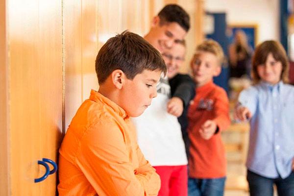 Как понять и помочь, если у ребенка проблемы с одноклассниками